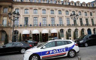Ληστεία πραγματοποιήθηκε στο πολυτελές ξενοδοχείο Ritz του Παρισιού, όταν ένοπλοι μασκοφόροι εισέβαλαν με τσεκούρια και έφυγαν με λεία κοσμήματα, η αξία των οποίων προσεγγίζει τα τέσσερα εκατομμύρια ευρώ. Κάποιοι από τους ληστές συνελήφθησαν, ενώ τουλάχιστον δύο διαφεύγουν τη σύλληψη. Επίσης, έχουν ανευρεθεί κάποια από τα κλοπιμαία, καθώς ως φαίνεται ένας σάκος γεμάτος κοσμήματα έπεσε από ένα ληστή την ώρα της διαφυγής του.