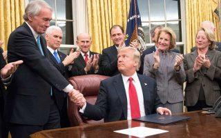 Ο Αμερικανός πρόεδρος Ντόναλντ Τραμπ συγχαίρει τον Δημοκρατικό γερουσιαστή Εντ Μάρκεϊ για τη διακομματική υπογραφή νομοσχεδίου για τα οπιοειδή.