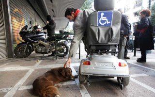 Οι συγκοινωνίες της Αθήνας έχουν καταστεί αφιλόξενες για όσους αντιμετωπίζουν κινητικά προβλήματα και μετακινούνται με αμαξίδιο.