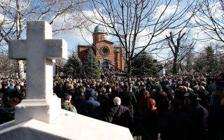 Χιλιάδες άνθρωποι παρευρέθησαν στην κηδεία του Ολιβερ Ιβάνοβιτς, Σέρβου πολιτικού της Μιτρόβιτσα. Η πλειονότητα τον θεωρούσε μοναδική αληθινή φωνή των Σέρβων του Κοσόβου.