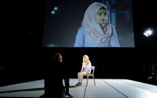 Η Χεμπατουλά Αλαμπντού στην πρόβα της «Ιφιγένειας εν Αυλίδι» που θα παρουσιαστεί στο θέατρο Volksbuehne του Βερολίνου.
