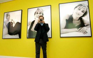 Ο Μάριο Τεστίνο φωτογραφίζει τους συγκεντρωμένους δημοσιογράφους κατά τα εγκαίνια έκθεσης φωτογραφιών για την πριγκίπισσα Νταϊάνα.
