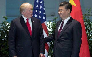 Στη διάρκεια της προεκλογικής του εκστρατείας, ο Αμερικανός πρόεδρος Ντόναλντ Τραμπ (αριστερά) επέκρινε συστηματικά την Κίνα, αλλά από τη στιγμή που ανέλαβε καθήκοντα, έχει επανειλημμένως εγκωμιάσει τον Κινέζο ομόλογό του Σι Τζινπίνγκ.