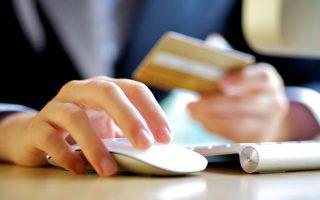 enas-stoys-4-ellines-chrisimopoiei-internet-banking0