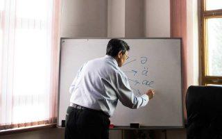 Ο Ερντέν Καζχίμπεκ, επικεφαλής του Ινστιτούτου Γλωσσολογίας, εξηγεί τη χρήση της αποστρόφου στην καζακική γλώσσα.