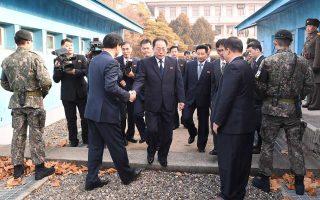 Ο επικεφαλής της βορειοκορεατικής διαπραγματευτικής ομάδας πατάει την τσιμεντένια συνοριακή γραμμή και περνάει στον Νότο.