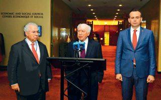 Ο ειδικός απεσταλμένος του γ.γ. του ΟΗΕ Μάθιου Νίμιτς, ανάμεσα στους πρέσβεις Αδαμάντιο Βασιλάκη (αριστερά) και Βάσκο Ναουμόφσκι (δεξιά), κατά τη διάρκεια δηλώσεων σε δημοσιογράφους μετά τη συνάντησή τους, στη Νέα Yόρκη.