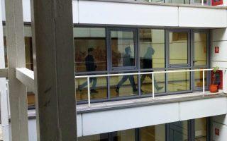 Εφτασαν έως τον έκτο όροφο όπου βρίσκεται το γραφείο του Ευκλείδη Τσακαλώτου, πέταξαν τρικάκια και αποχώρησαν.