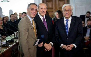 Ο κ. Κ. Φαφούτης  με τον κ. Παν. Καραγιάννη, πρόεδρο του Δ.Σ. του Ιδρύματος Μπότση, και τον κ. Πρ. Παυλόπουλο, κατά τη χθεσινή τελετή απονομής.