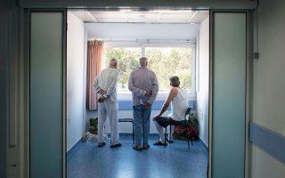 Νοσηλευόμενοι στο νοσοκομείο ΑΧΕΠΑ Θεσσαλονίκης. (Φωτογραφία: Πάρις Πετρίδης, από το λεύκωμα «Ατομικό Αναμνηστικό».)