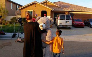 Οι γείτονές τους στο Πέρις προσφέρουν δώρο ένα τεράστιο αρκούδο στα 13 κακοποιημένα παιδιά.