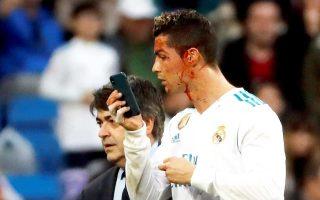 Το αντιφατικό πρόσωπο του ποδοσφαίρου είδαμε σε γήπεδα της Ευρώπης αυτό το Σαββατοκύριακο, όπως φυσικά και ο Ρονάλντο το δικό του. Ωστόσο, ένα κινητό φρόντισε να τον βοηθήσει εν ώρα αγώνα...
