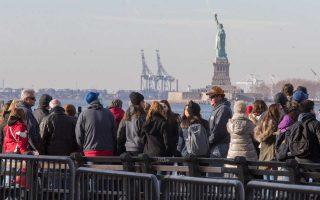 Σε περίπλου γύρω από το Αγαλμα της Ελευθερίας περιορίστηκαν οι επισκέπτες της φωτογραφίας, αφού το διάσημο μνημείο έμεινε κλειστό το προηγούμενο διήμερο.