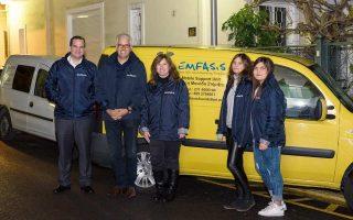 Το ιδρυτικό μέλος της Emfasis Μαρία Καρρά με τον πρόεδρο της THI Australia Nicholas Pappas, τον εκπρόσωπο του οργανισμού στην Ελλάδα Μιχάλη Πρίντζο και δύο εθελόντριες σε μία από τις κινητές μονάδες στήριξης, που προσφέρουν είδη επιβίωσης σε Αθήνα και Πειραιά.