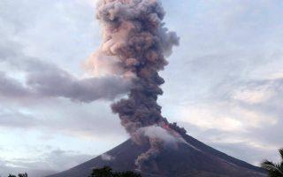 Μετά την έκρηξη της Δευτέρας, οι Αρχές επέκτειναν τη ζώνη κινδύνου στα 8 χλμ. από τον κρατήρα.