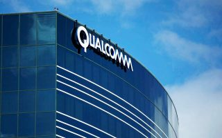 Η διοίκηση της Qualcomm δέχεται πιέσεις και καλείται να αποδείξει στους μετόχους της ότι μπορεί να χειριστεί αποτελεσματικά την υπόθεση με την Apple, αλλά και με ρυθμιστικές αρχές σε διάφορες περιοχές του πλανήτη.