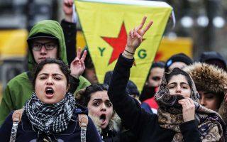 Υποστηρικτές του κουρδικού YPG φωνάζουν συνθήματα στη Φρανκφούρτη κατά τη διάρκεια διαδήλωσης εναντίον της τουρκικής στρατιωτικής επιχείρησης στη Συρία με το κωδικό όνομα «Κλάδος Ελαίας».