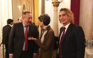 Ο οικοδεσπότης Κριστόφ Σαντεπί με τη Βρετανίδα πρέσβειρα Κέιτ Σμιθ και τον σύντροφό του Ολιβιέ Ντοβέρν.