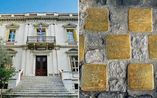 Οι μπρούντζινες πλάκες φιλοτεχνήθηκαν από τον Γερμανό καλλιτέχνη G. Demnig. Μέχρι στιγμής έχουν τοποθετηθεί 90 «λίθοι μνήμης».