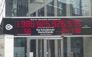 Το 2009 το χρέος της Γερμανίας αυξανόταν πάνω από τις 4.400 ευρώ ανά δευτερόλεπτο, σύμφωνα και με τον μετρητή χρέους που λειτουργεί υπό την αιγίδα της ομοσπονδίας φορολογουμένων της χώρας.