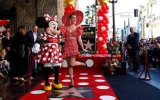 Απόλυτη σταρ. Το δικό της αστέρι στην Hollywood Walk of Fame απέκτησε η Minnie Mouse και μαζί της για να το γιορτάσουν βρέθηκαν σε αντίστοιχη παιχνιδιάρικη διάθεση, τόσο η εικονιζόμενη τραγουδίστρια Katy Perry  όσο και η παρουσιάστρια και μοντέλο Heidi Klum,  όλες ντυμένες με πουά.  REUTERS/Mario Anzuoni