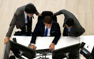 Η μεγάλη ευχέρεια με την οποία μπορεί ο καθένας να πραγματοποιήσει σχεδόν κάθε τραπεζική συναλλαγή από το κινητό ή τον υπολογιστή του οδηγεί σε μείωση των παραδοσιακών δικτύων και εργασιών.