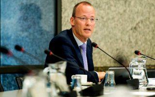 «Εχουν επιτευχθεί οι στόχοι του προγράμματος ποσοτικής χαλάρωσης», δήλωσε ο κ. Κλάας Κνοτ. Τόνισε, επίσης, ότι οι μηνιαίες αγορές των ομολόγων θα παραμείνουν αμετάβλητες στα 30 δισ. ευρώ έως τον Σεπτέμβριο, αλλά η ΕΚΤ θα πρέπει να ξεκαθαρίσει τις προσθέσεις της για το μέλλον.