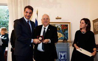 Ο πρόεδρος της Ν.Δ. Κυριάκος Μητσοτάκης παραλαμβάνει συγκινημένος το βραβείο για τον πατέρα του.