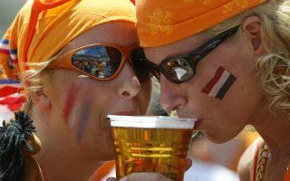 Το Παγκόσμιο Κύπελλο πλησιάζει και η μάχη της μπίρας καλά κρατεί στη Ρωσία, καθώς «τρομοκρατημένες» τοπικές κοινωνίες από την ελεύθερη κατανάλωση του δημοφιλούς ποτού ψάχνουν νομικά παράθυρα προκειμένου να προλάβουν επεισόδια από χούλιγκαν.