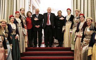 Αναμνηστική φωτογραφία των δύο προέδρων με τις συζύγους τους και με το Λύκειο Ελληνίδων.