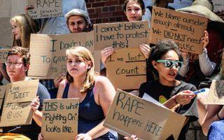 Αμερικανοί φοιτητές διαδηλώνουν κατά των αυξανόμενων σεξουαλικών επιθέσεων στα πανεπιστήμια της χώρας.