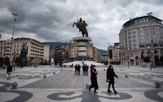 Η κεντρική πλατεία στα Σκόπια, όπου δεσπόζει το άγαλμα του «έφιππου πολεμιστή», σε ύψος οκταώροφης πολυκατοικίας. Φωτογραφίες: Αλέξανδρος Αβραμίδης