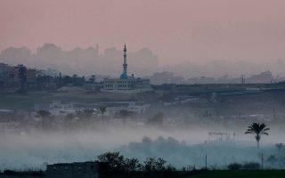 Πυκνός καπνός αναδύεται από το βόρειο τμήμα της Λωρίδας της Γάζας, προερχόμενος από τους όλμους του ισραηλινού στρατού, ο οποίος βάλει κατά θέσεων, αποθηκών οπλισμού και κέντρων εκπαίδευσης της Χαμάς, καθώς οι επιθέσεις εναντίον της παλαιστινιακής οργάνωσης εισήλθαν στην δεύτερη εβδομάδα τους, το 2009. (AP Photo/Bernat Armangue)