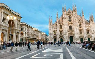 Στην πολύβουη Piazza Duοmo,  με σήμα κατατεθέν τον καθεδρικό ναό. (Φωτογραφία:© AP Photo/Courtney Bonnell)