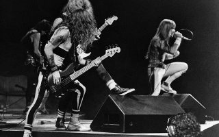 Οι θρύλοι του «σκληρού ήχου» και της heavy metal μουσικής, Iron Maiden, δίνουν συναυλία την πρώτη μέρα του φημισμένου μουσικού φεστιβάλ «Rock in Rio», στο Ρίο ντε Τζανέιρο της Βραζιλίας, το 1985. Η συγκεκριμένη συναυλία υπήρξε μία ιστορική στιγμή στην πορεία των Maiden, καθώς το κοινό της έφθασε τα περίπου 300.000 άτομα, στη μεγαλύτερη προσέλευση σε συναυλία στην ιστορία του συγκροτήματος. (AP Photo)