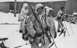 Οι άσπρες στολές για καμουφλάζ στα χιονισμένα τοπία, τα πέδιλα και ο εξοπλισμός του σκι και τα τυφέκια αυτών των Φινλανδών στρατιωτών που ετοιμάζονται να αντιμετωπίσουν τους Σοβιετικούς στα χιονισμένα δάση της Φινλανδίας, τους κάνουν να φαίνονται περισσότερο με εξερευνητές παρά με μαχητές, κατά τη διάρκεια του Χειμερινού Πολέμου μεταξύ Ε.Σ.Σ.Δ. και Φινλανδίας, το 1940. (AP Photo)
