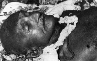 Το άψυχο σώμα του θρυλικού ειρηνιστή Ινδού ηγέτη Μαχάτμα Γκάντι, ο οποίος ηγήθηκε του κινήματος για την ανεξαρτησία της Ινδίας από τη Βρετανική Αυτοκρατορία, προκρίνοντας τη μέθοδο της μη βίαιης παθητικής αντίστασης κατά του όποιου καταπιεστή, κείτεται σκεπασμένο με ροδοπέταλα, στο σπίτι που πέρασε τις τελευταίες 144 μέρες της ζωής του, στο Νέο Δέλχι, την ημέρα της δολοφονίας του, το 1948. (AP Photo)