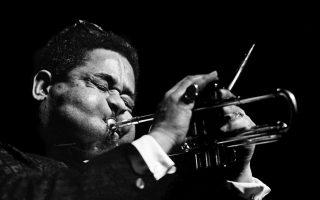 Ο Αμερικανός βιρτουόζος τρομπετίστας της τζαζ, Ντίζι Γκιλέσπι, παίζει τρομπέτα, φουσκώνοντας τα χαρακτηριστικά του μάγουλα, στο μουσικό φεστιβάλ Boston Globe Jazz and Blues Fetsival, στη Βοστώνη, το 1966. (AP Photo/Bob Daugherty)