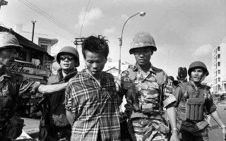 Δύο μέρες μετά την έναρξη της επίθεσης του «Τετ», της μεγαλύτερης επίθεσης της κομμουνιστικής πλευράς κατά τη διάρκεια του πολέμου του Βιετνάμ, Νοτιοβιετναμέζοι στρατιώτες συλλαμβάνουν τον Νκγουιέν Βαν Λεμ, επικεφαλής μίας ένοπλης ομάδας των Βιετκόνγκ, τον οποίο μεταφέρουν στον τόπο που θα λάβει χώρα η συνοπτική του εκτέλεση, στη Σαιγκόν, το 1968. O Αμερικανός φωτογράφος Έντι Άνταμς φωτογράφισε καρέ καρέ την πορεία του Κομμουνιστή αντάρτη από τη σύλληψη μέχρι τον θάνατο, απαθανατίζοντας μάλιστα την ίδια τη στιγμή της εκτέλεσης του από τον επικεφαλής της αστυνομίας του Νοτίου Βιετνάμ, Νκγουιέν Νγκοκ Λόαν, αποτυπώνοντας στον φωτογραφικό του φακό την ίσως διασημότερη εικόνα του πολέμου του Βιετνάμ. (AP Photo/Eddie Adams)