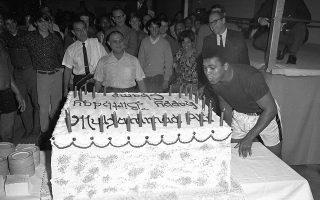 Ο 25χρονος Μοχάμεντ Αλί σβήνει τα 25 κεράκια της γιγαντιαίας τούρτας γενεθλίων του, στο Χιούστον  του Τέξας, το 1967. Η τούρτα, η οποία ζυγίζε περίπου 262 κιλά, παρουσιάστηκε στον θρυλικό πυγμάχο, λίγο πριν ξεκινήσει την ημερήσια προπόνηση του. Για την παρασκευή της χρειάστηκαν 1.500 αυγά, 68 κιλά αλεύρι, 68 κιλά ζάχαρι και 68 κιλά βούτυρο. (AP Photo/Ed Kolenovsky)