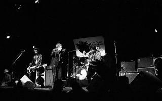 Οι θρύλοι του βρετανικού πανκ, Σεξ Πίστολς, δίνουν την παρθενική τους συναυλία στις Ηνωμένες Πολιτείες, στην Ατλάντα της Τζόρτζια, το 1978. Από αριστερά διακρίνονται: O αυτοκαταστροφικός μπασίστας του συγκροτήματος, Σιντ Βίσιους, η εμβληματική ηγετική μορφή τους, Τζόνι Λίντον, ευρύτερα γνωστός ως Τζόνι Ρότεν, ο ντράμερ Πολ Κουκ και ο κιθαρίστας Στιβ Τζόουνς. (AP Photo)