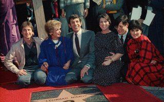 Το Χόλιγουντ τιμά με ένα αστέρι στη Λεωφόρο της Δόξας τον Αμερικανό ηθοποιό και σκηνοθέτη Λέοναρντ Νiμόι, ευρύτερα γνωστό για τη συμμετοχή του στην πρώτη σειρά του franchise επιστημονικής φαντασίας Star Trek, στην οποία υποδύθηκε τον εξωγήινο Mr. Spock, τον δημοφιλέστερο χαρακτήρα της σειράς, το 1985. (AP Photo/Wally Fong)