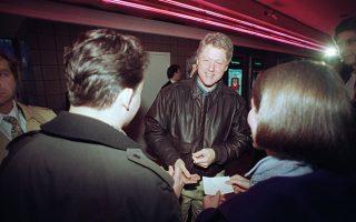 Ο νεοκλεγείς Αμερικανός πρόεδρος Μπιλ Κλίντον υπογράφει αυτόγραφα, μετά το τέλος κινηματογραφικής προβολής σε κινηματογράφο του Λιτλ Ροκ, στο Άρκανσας, το 1993. (AP Photo/Spencer Tirey)