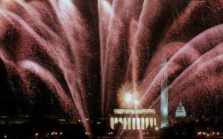 O ουρανός γίνεται κόκκινος από μία καταιγίδα πυροτεχνημάτων και βεγγαλικών πάνω από το Μνημέιο του Αβράαμ Λίνκολν (Lincoln Memorial) και το Καπιτώλιο, στην Ουάσιγκτον, στο πλαίσιο των εκδηλώσεων της δεύτερης τελετής ορκωμοσίας του 42ου προέδρου των Ηνωμένων Πολιτειών, Μπιλ Κλίντον, το 1997. (AP Photo/Mark Wilson)