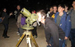 Αστροβραδιές διοργανώνει τακτικά η Σχολή Αστρονομίας, που ιδρύθηκε το 2011 και ξεκίνησε πάλι φέτος τη λειτουργία της αμέσως μετά τις γιορτές των Χριστουγέννων, στο Οικονομικό Τμήμα του Πανεπιστημίου Θεσσαλίας, στον Βόλο.