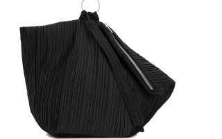 Μαύρη τσάντα ώμου με μεταλλικό κρίκο €218,00