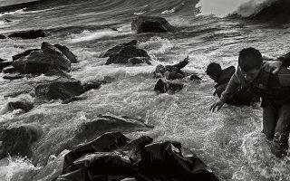 Λέσβος, Οκτώβριος 2015. Η φουσκοθαλασσιά δυσκολεύει τους πρόσφυγες να βγουν από τη μικρή βάρκα τους.