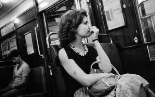 Γυναίκα στον ηλεκτρικό της Αθήνας, δεκαετία του '80. Φωτογραφία του Κωνσταντίνου Πίττα από το βιβλίο του «Αθήνα, πόλη των γυναικών» (έκδοση 2017).