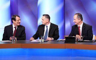 Ο πρόεδρος Νίκος Αναστασιάδης (αριστερά), με τους κύριους αντιπάλους του, τον υποψήφιο του ΔΗΚΟ Νικόλα Παπαδόπουλο και αυτόν του ΑΚΕΛ Σταύρο Μαλά (δεξιά), κατά τη διάρκεια του ντιμπέιτ για τις προεδρικές εκλογές της Κύπρου, ο πρώτος γύρος των οποίων διεξάγεται σήμερα. Ο κ. Αναστασιάδης προηγείται με διαφορά, αλλά όλα δείχνουν ότι θα χρειαστεί και δεύτερος γύρος. Σελ. 18