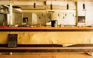 Η λάσπη και τα νερά έχουν απομακρυνθεί, αλλά η καφετέρια στην οδό Κοροπούλη είναι ακόμη φάντασμα του εαυτού της. Φωτογραφίες: Βαγγέλης Ζαβός